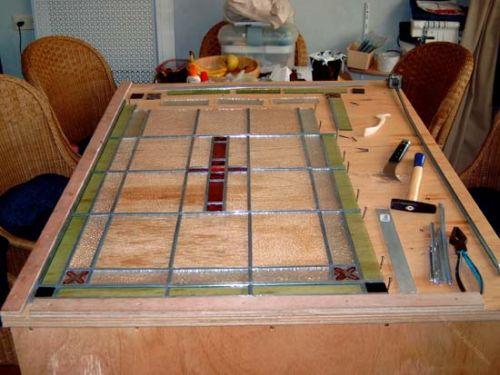 Stappenplan van restauratie glas in lood raam.