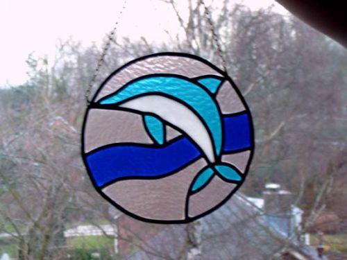 Een mooie glas in lood raamhanger met dolfijn.