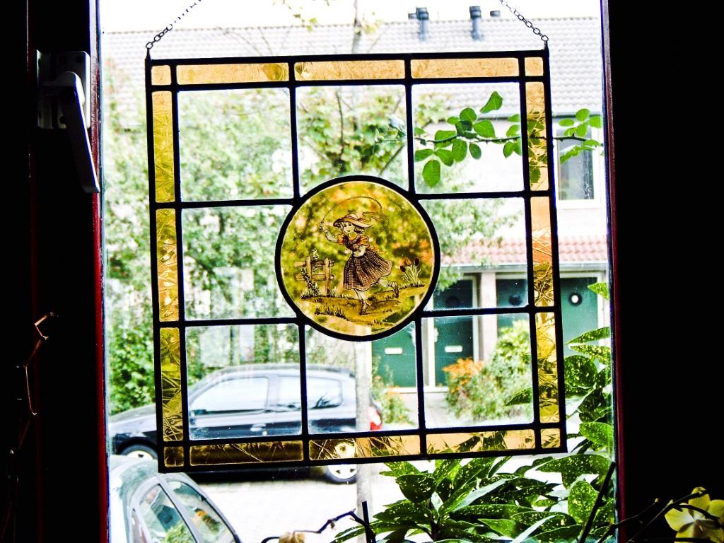 Raamhanger met beschilderd binnenglas (meisje op de heide).